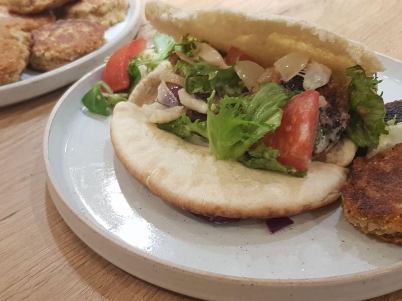 Falafel in Pita mit Salat