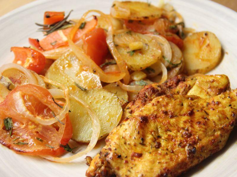 Gegrilltes Hähnchen mit Kartoffelscheiben und Gemüse