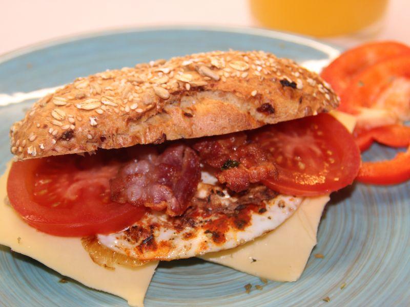Müslibrötchen mit Ei, Käse und Tomaten
