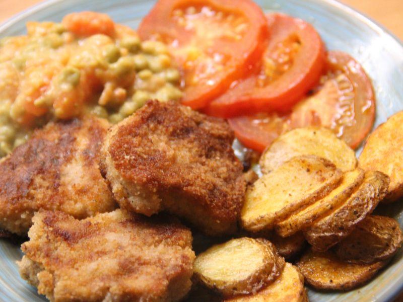 Schweinefilet, Backofengemüse und -kartoffeln, dazu Erbsen mit Möhren