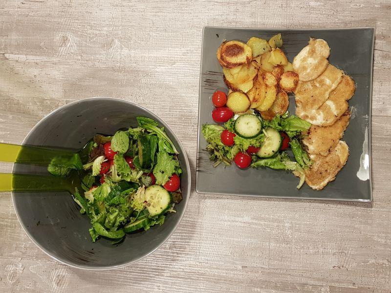 Panierter Mozzarella mit Salat und Bratkartoffeln