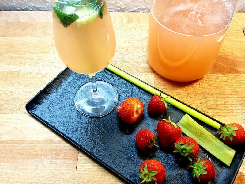 Erfrischende Erdbeer-Rhababer Schorle