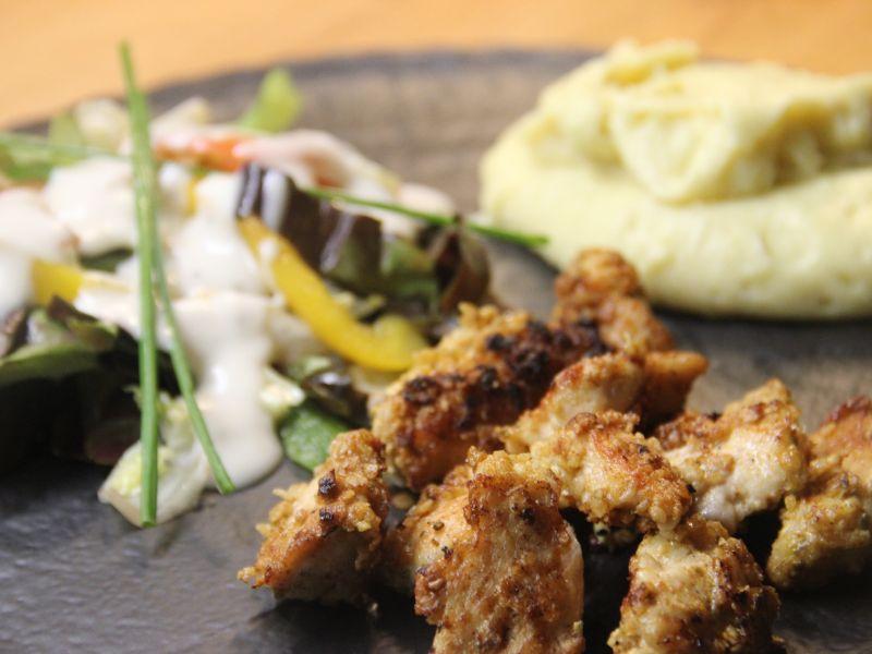 Crispy Chicken mit Salat und Kartoffelpüree