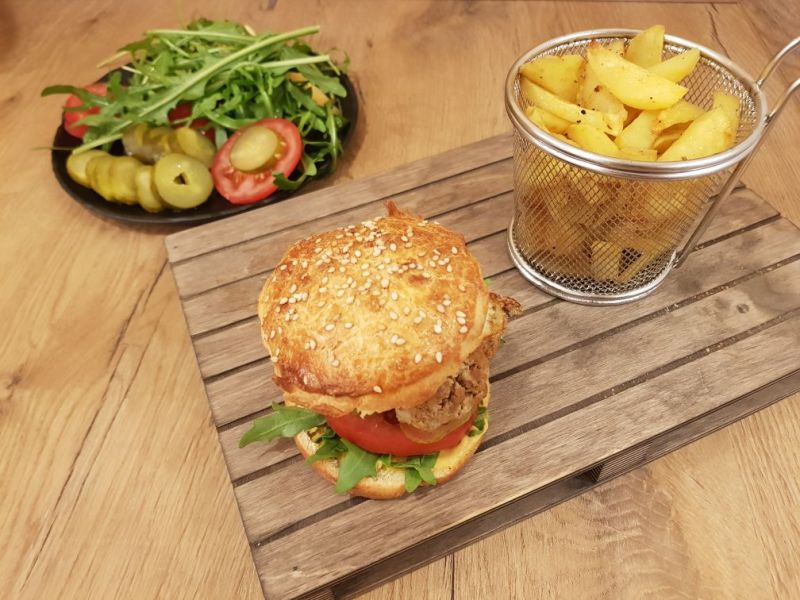 Cheeseburger mit Pommes und reichlich Beilage